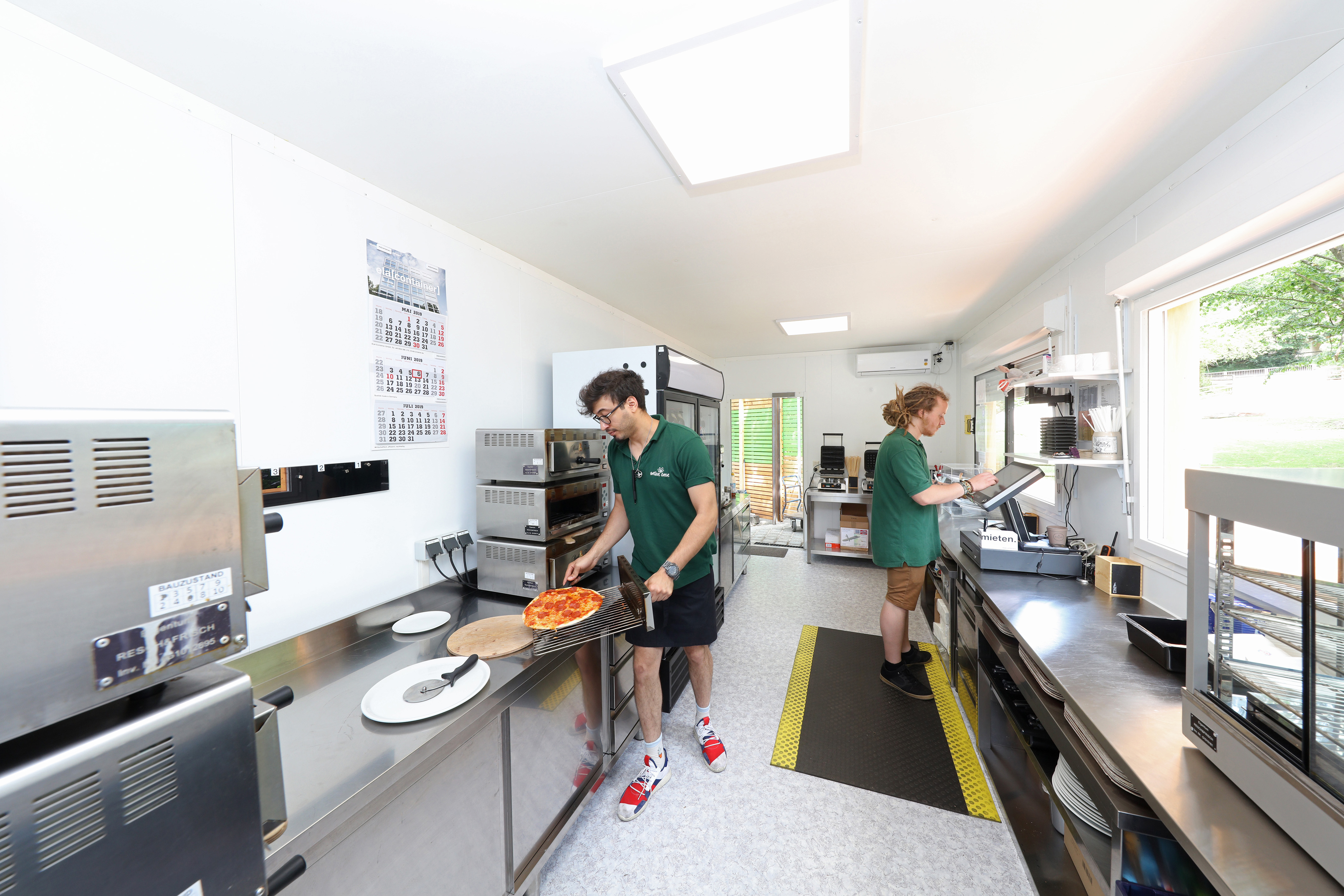 The space within the container system is optimally used for the kitchen.